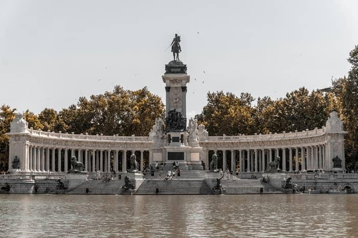 Retiro park pond monument